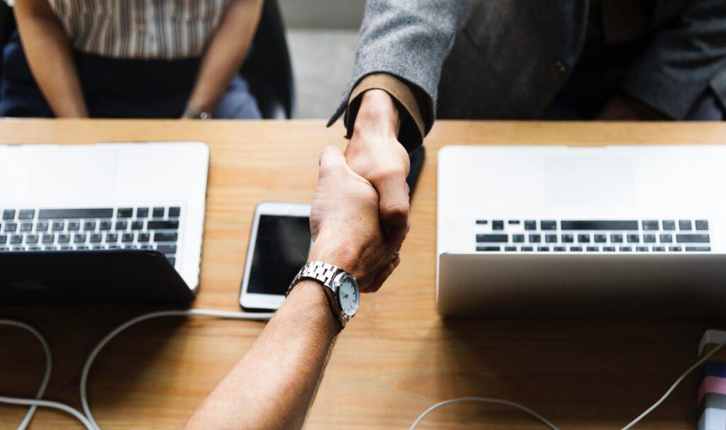 パソコンの上で交わされる握手