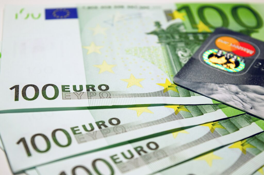 ユーロ紙幣とクレジットカード