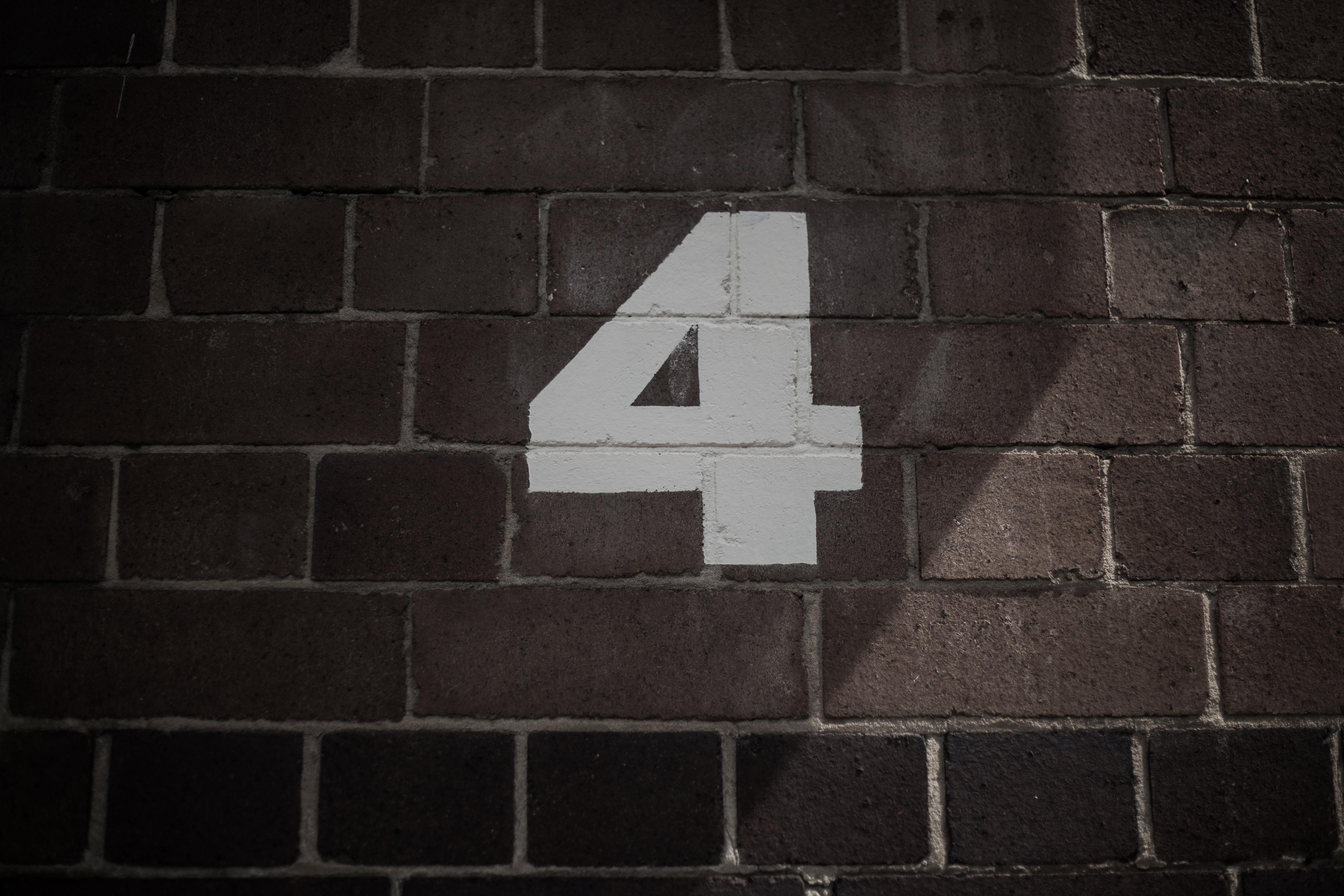 レンガの壁に書かれた4