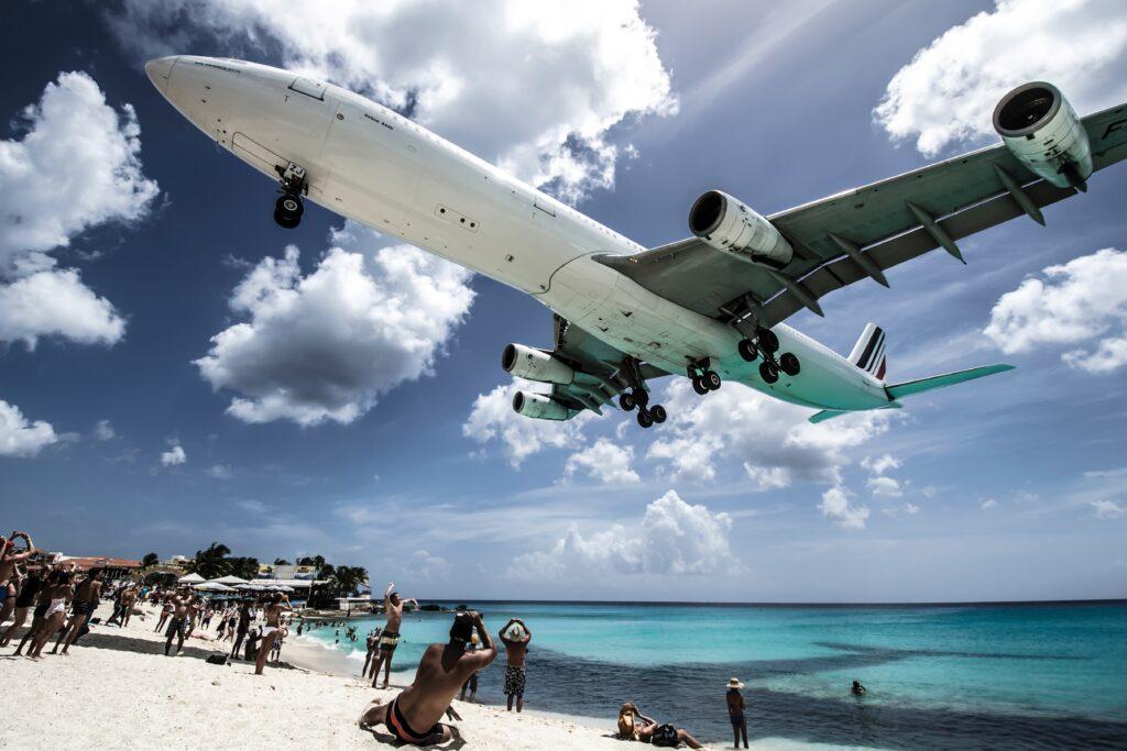 浜辺を飛ぶ飛行機