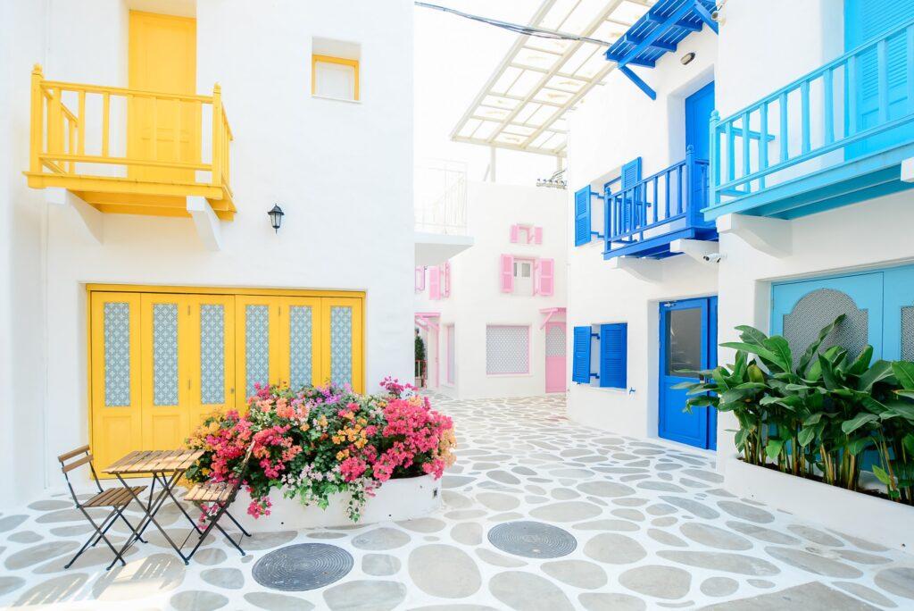 カラフルな色が使われた建物の街並み