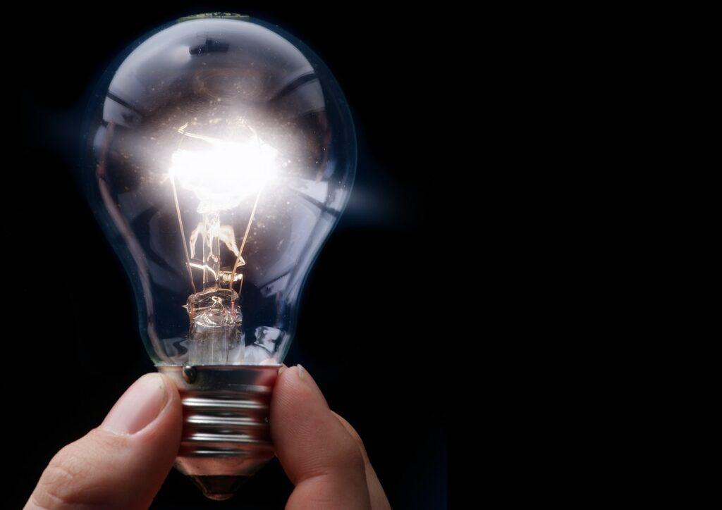 何か思いついたかのように、光る電球
