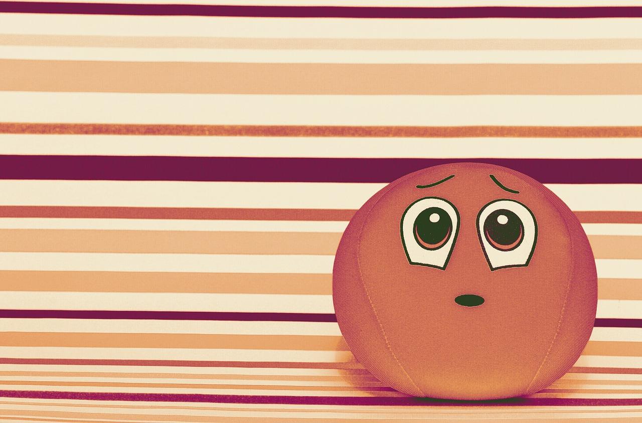 悩んだ様子で佇む、丸いボール状のオレンジの生き物