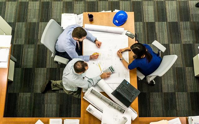 議論して設計図を作成する3名の男女