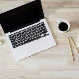 パソコンとコーヒーとメモと鉛筆