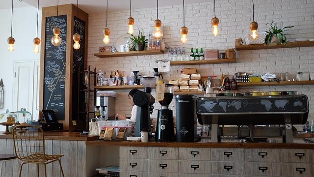 カフェでアルバイトをする女性