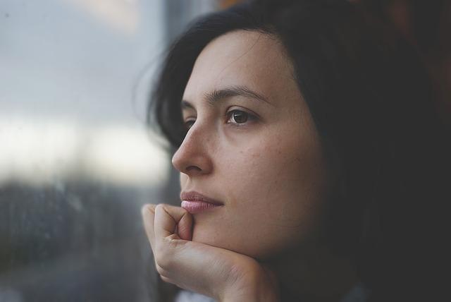 ぼんやりと窓の外を見つめる女性