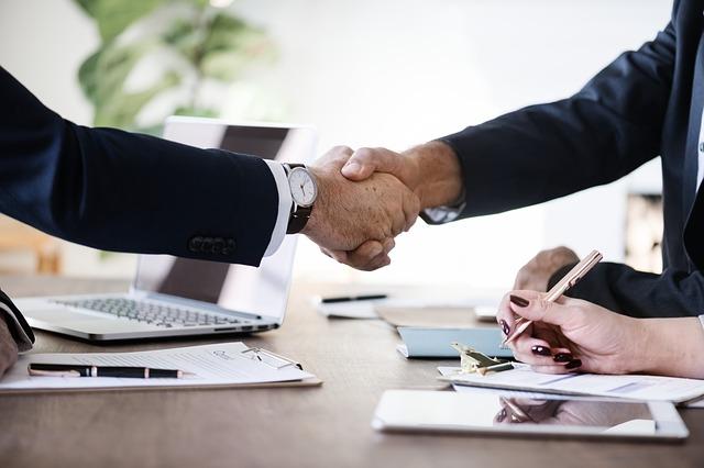 握手を交わす2名のビジネスマン