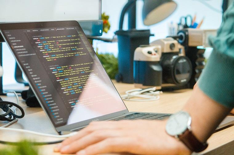 パソコン画面に映るhtml記述