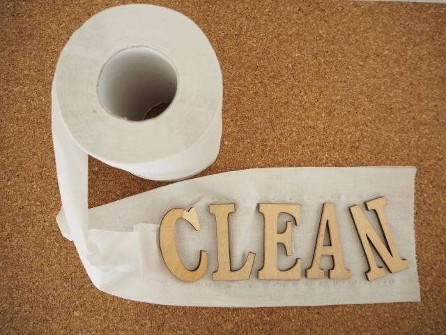 トイレットペーパーの上に置かれたCLEANという文字