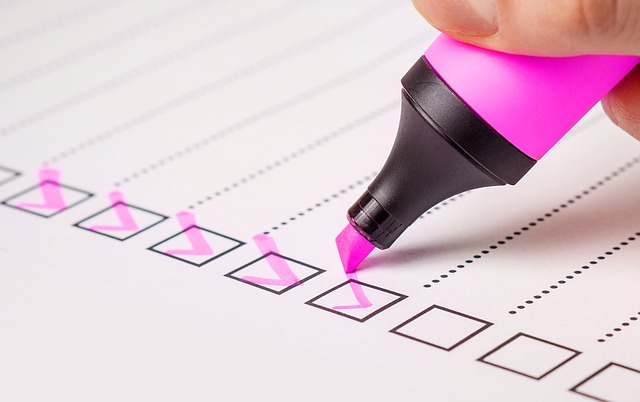 リストにピンクのペンでチェックを入れる