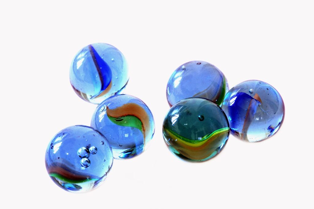 6つの青色のビー玉