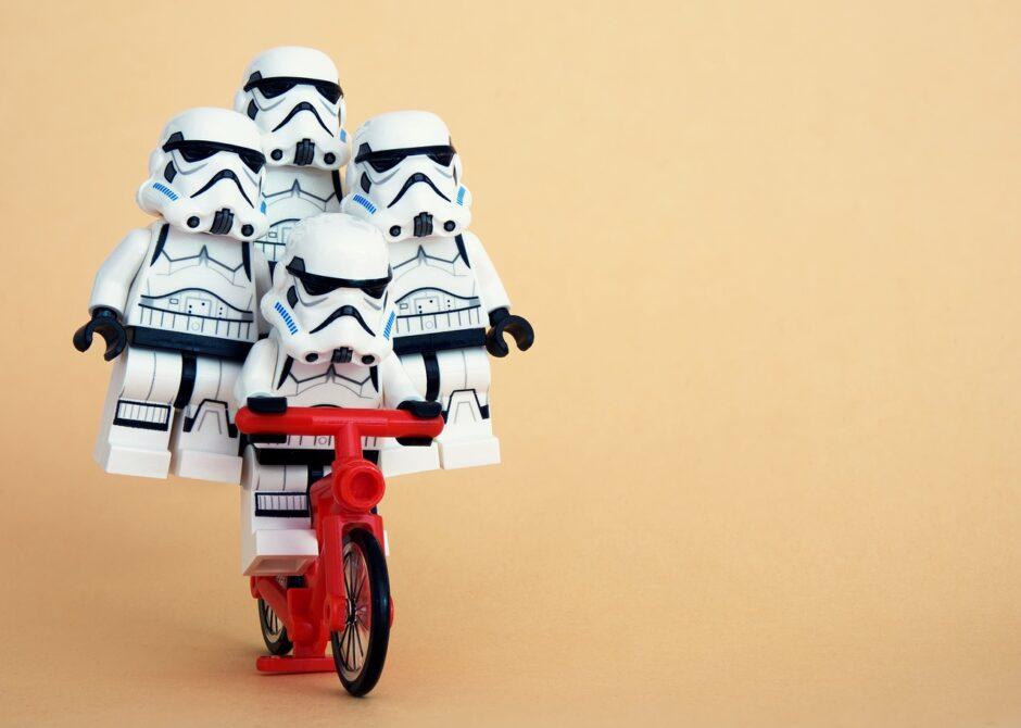 赤い自転車に乗る4体のストームトルーパー