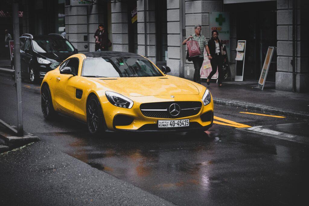 街を走る黄色い自動車