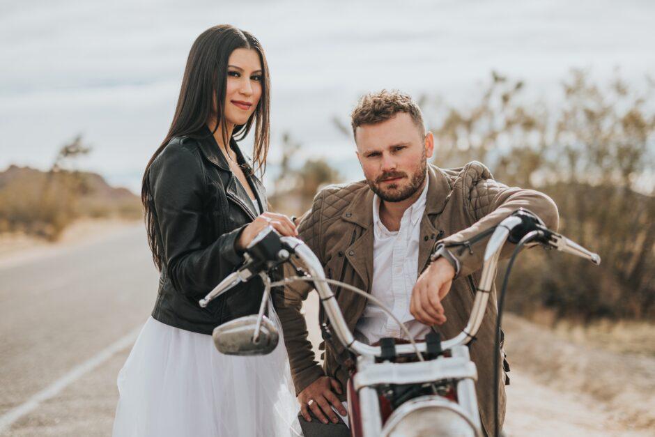 バイクに腰掛ける男性と、手を添える女性