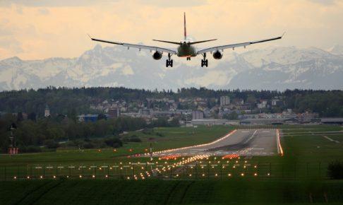 着陸しようとする飛行機