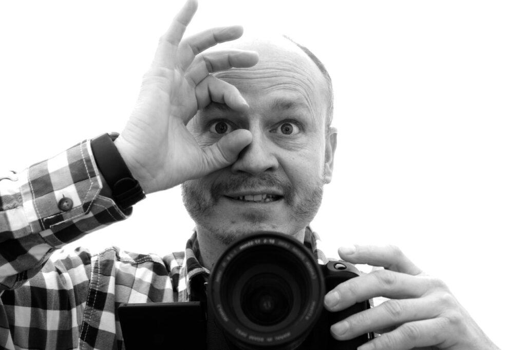 OKサインをしてカメラで撮影しようとする男性