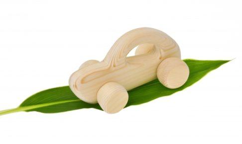 葉っぱの上にある木製の自動車の模型