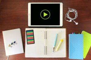 タブレットとノートとイヤホンとペン