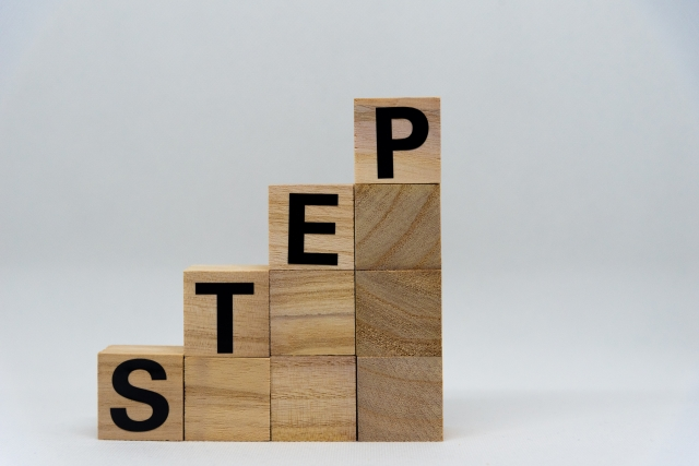 STEPと書かれた、積み上げられたブロック