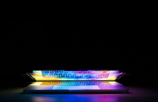 開きかけのノートパソコン