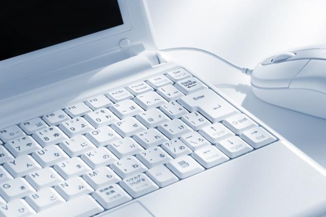 白いノートパソコンとマウス