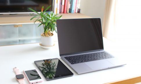 並べられたノートパソコン、タブレット、スマホ、時計