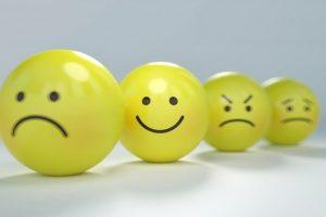 喜怒哀楽の表情が描かれた黄色いボール