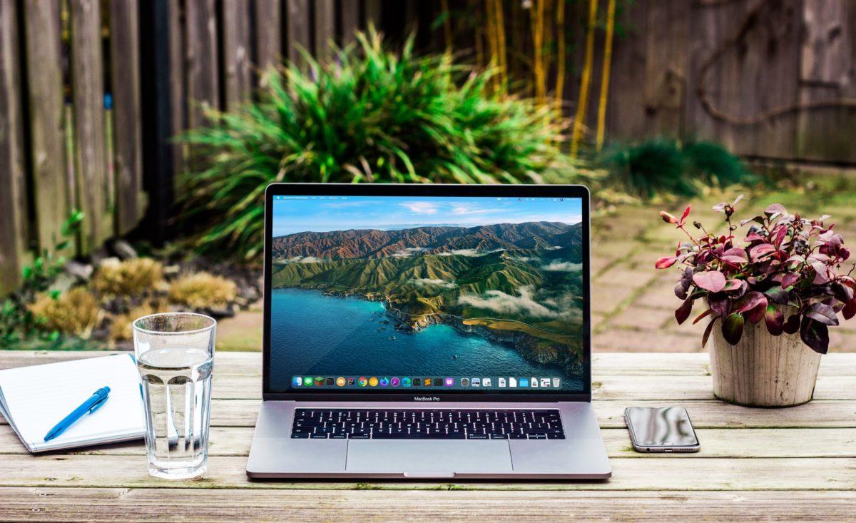 ノートパソコンとノートとペンと水