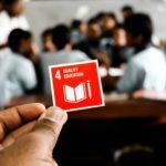 教室で手で持つSDGsロゴ