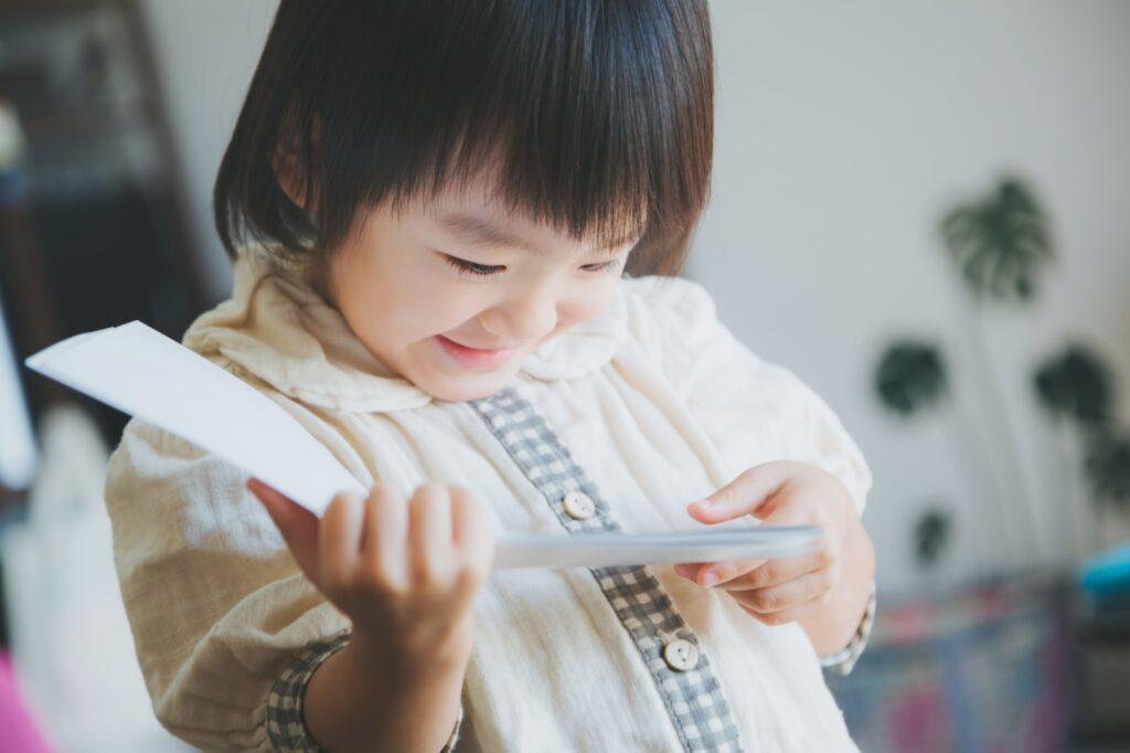 SDGsの絵本を読む子ども