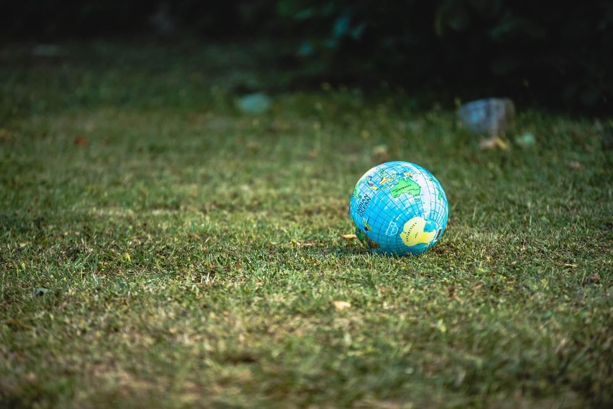 地面に置かれた地球の模型