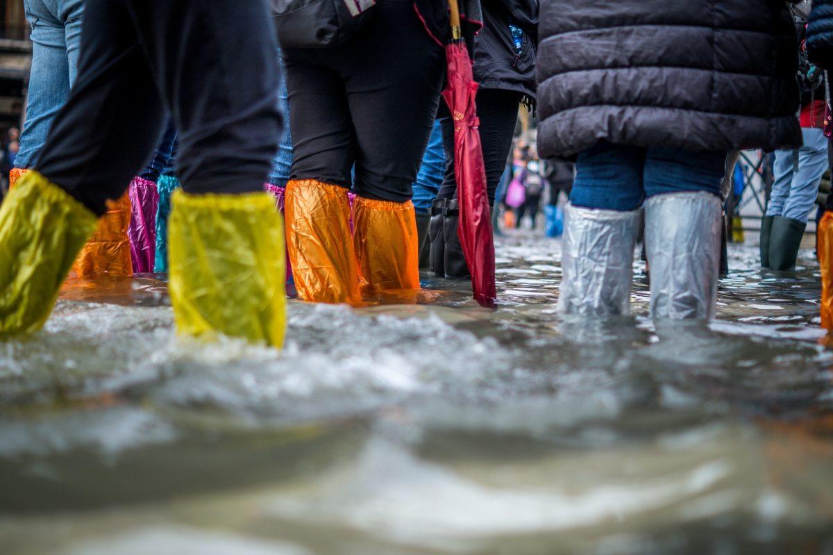 浸水した街で歩く人々