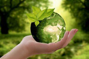 緑の地球と手