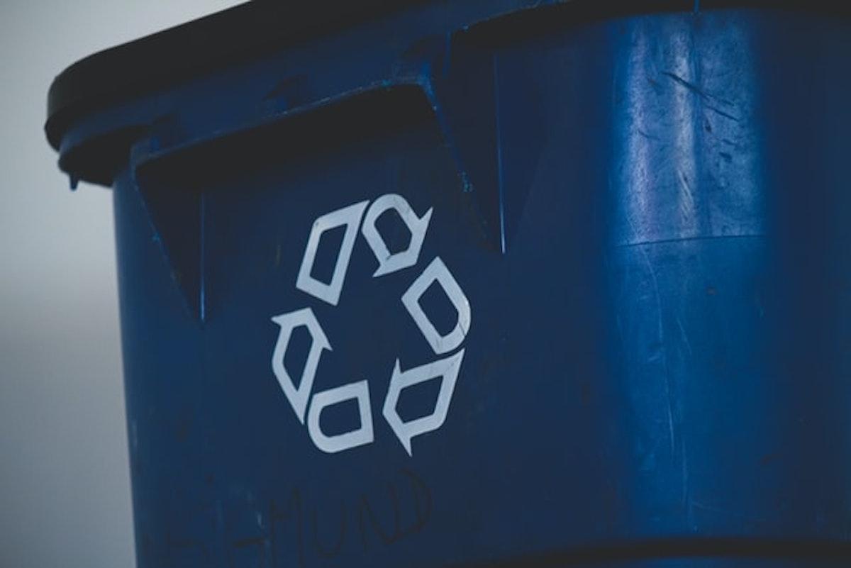 リサイクルマークが描かれたゴミ箱