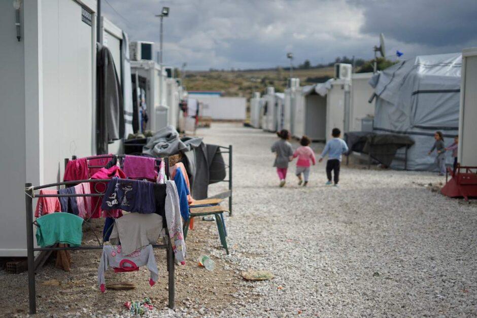 難民キャンプで歩く3人の子供