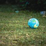 芝生に置かれた地球の模型