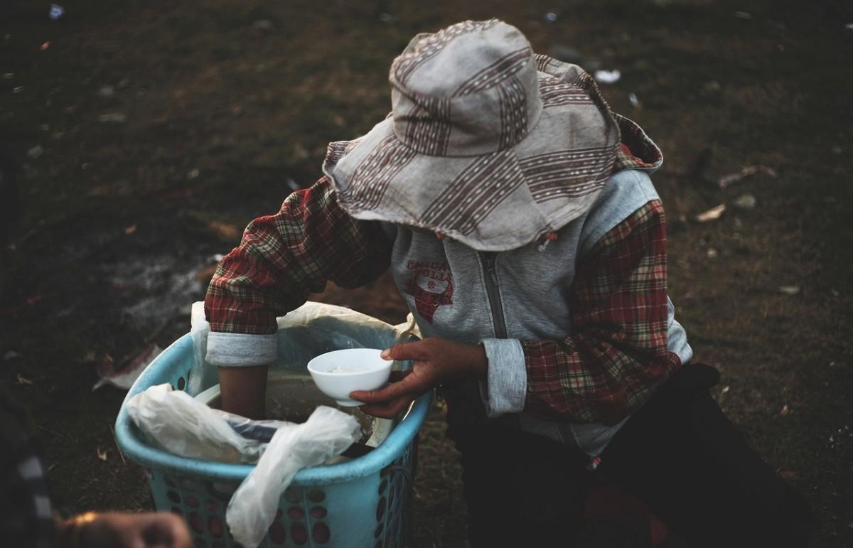 ご飯をよそる女性
