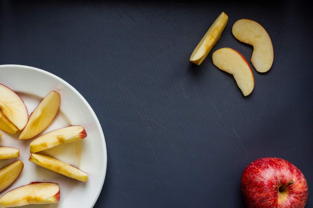 カットされ、さらに置かれたリンゴ