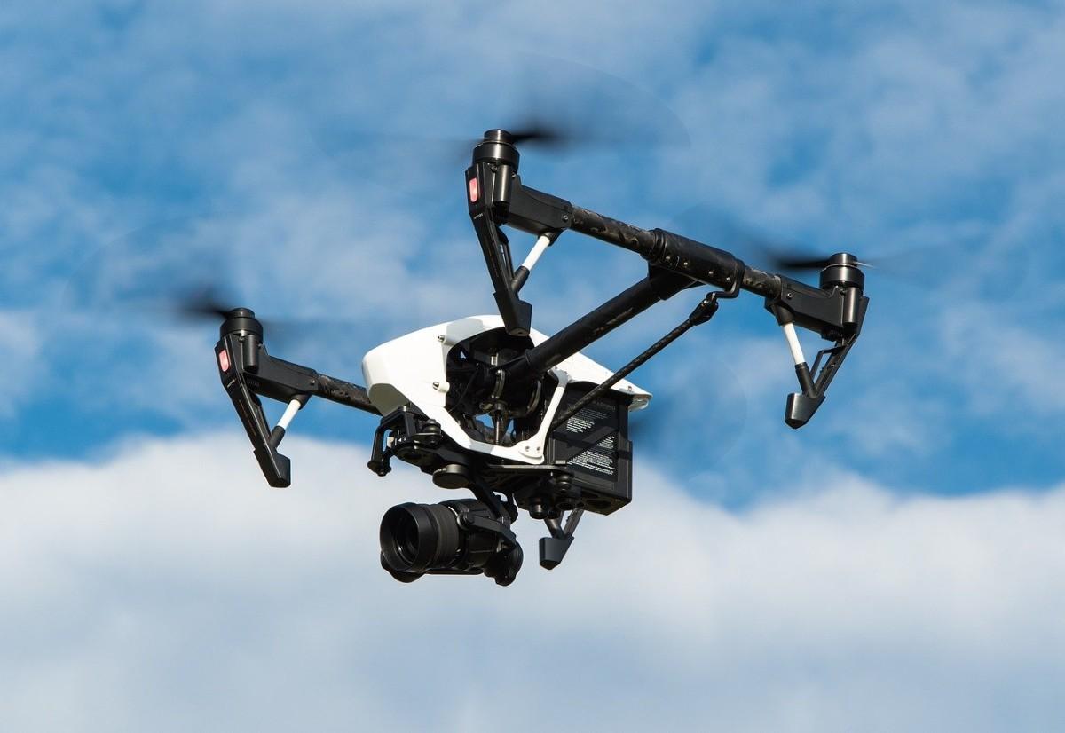 空を飛ぶ、カメラを搭載したドローン