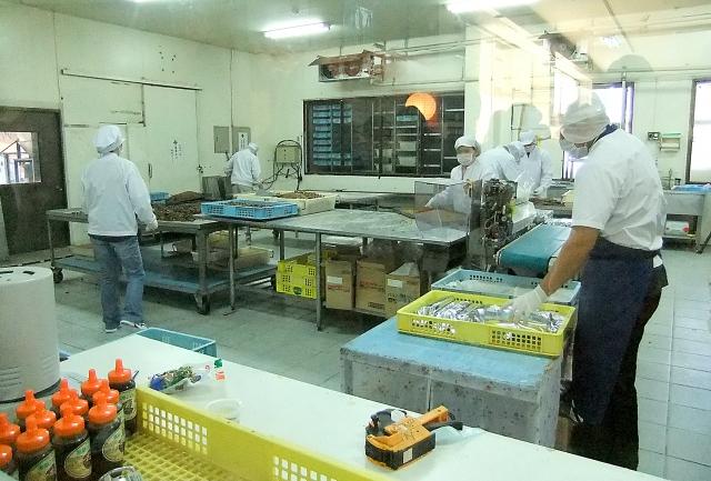 工場で働く労働者たち