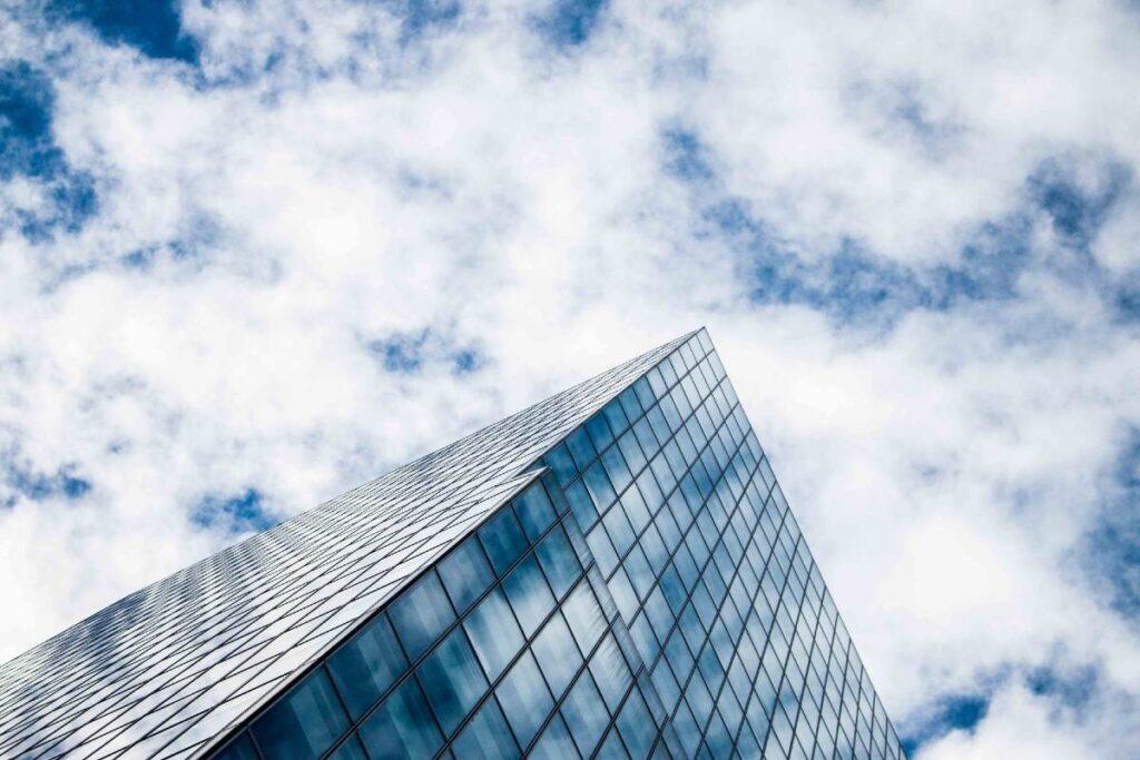 曇り空と高層ビル