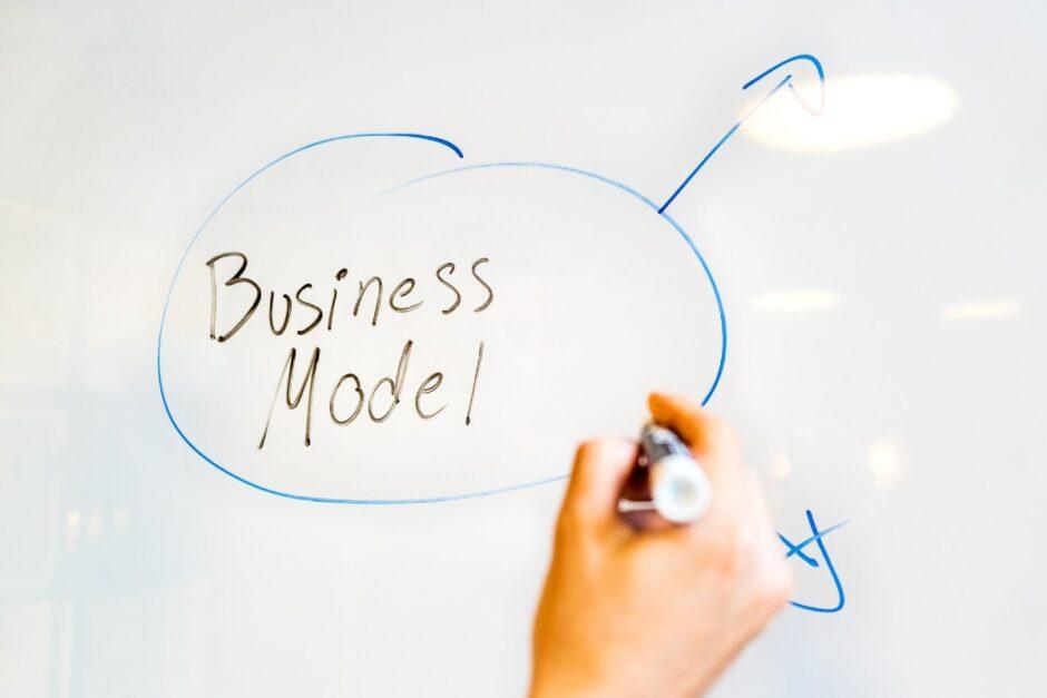Business Modelと書かれたホワイトボード
