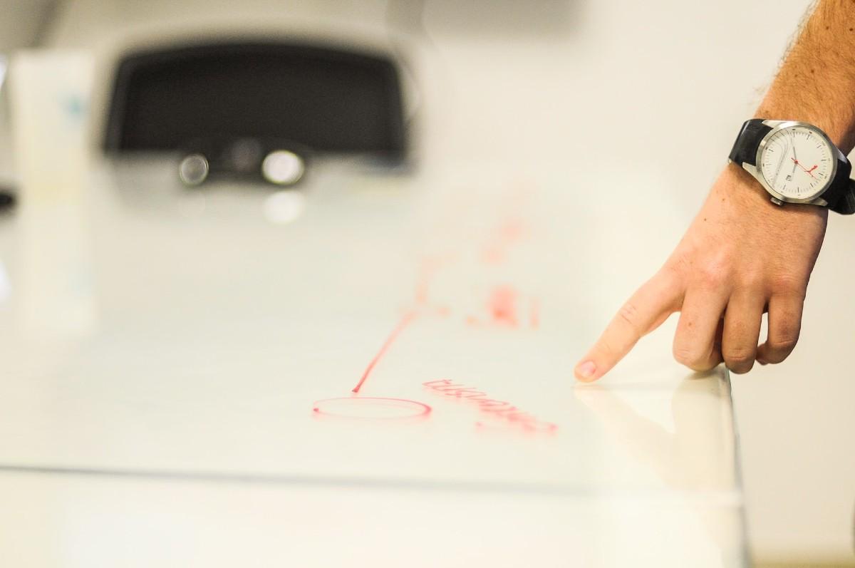 書かれた文字を指を指す