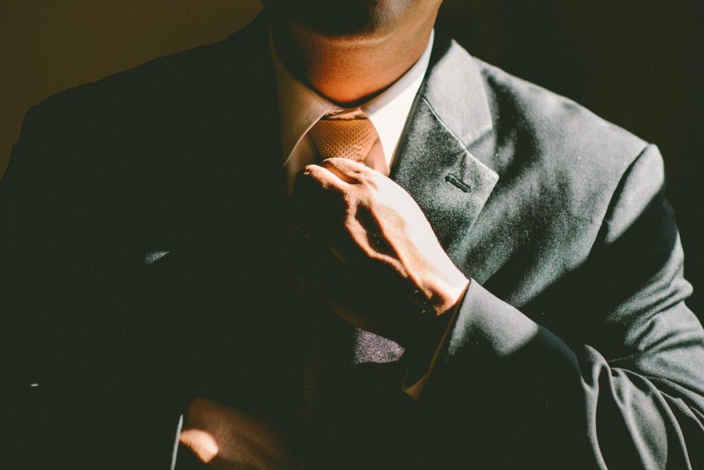 ネクタイを締め直す男性