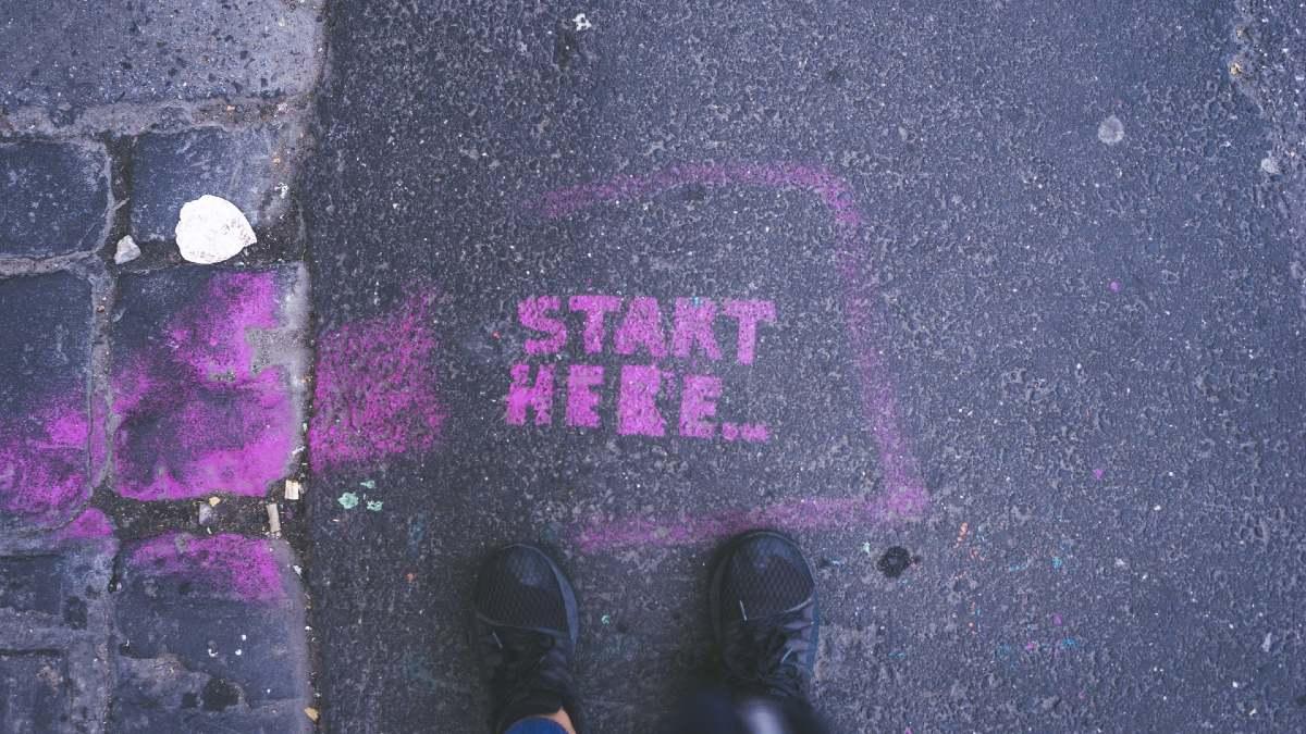 START HERE...と書かれたコンクリートの地面