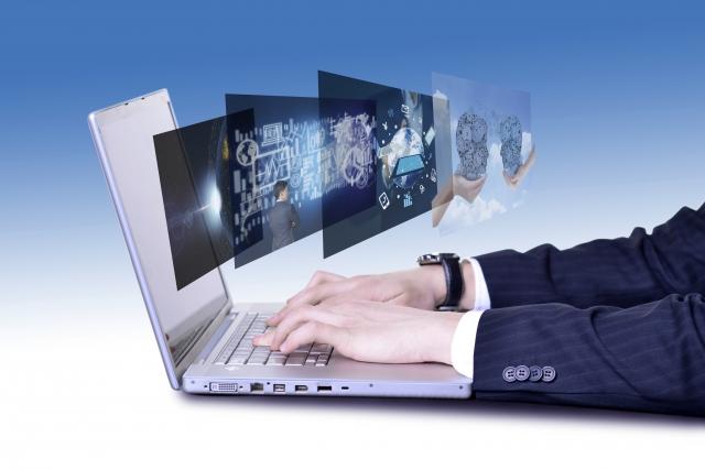 パソコンを打つ男性のイメージ