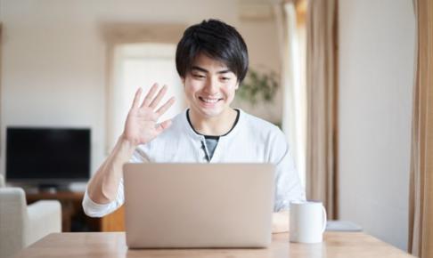 パソコンを見る大学生のイメージ