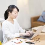 パソコンを見る女性のイメージ