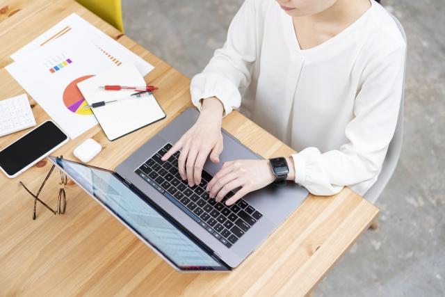 パソコンを打つ女性のイメージ
